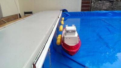 Auch der Schlepper kann automatisch an- und ablegen an den mit Magneten versehenen Fendern.